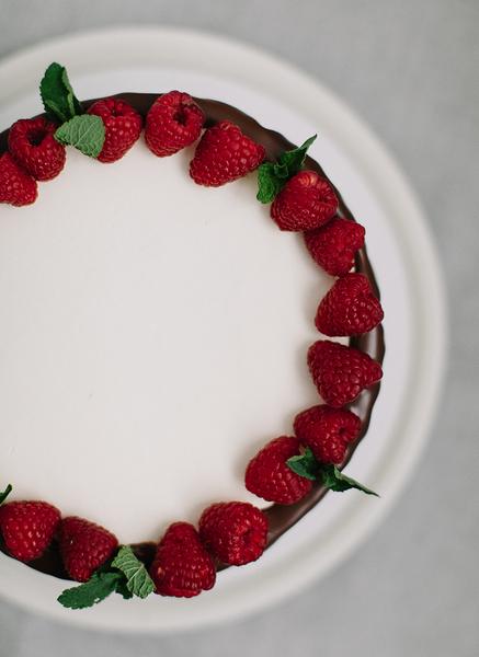 Бисквитный торт с шоколадным ганашем и ягодным слоем