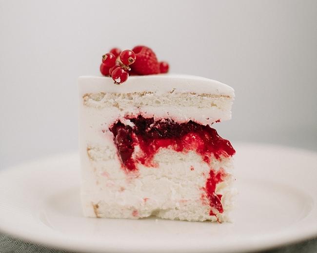 Торт бисквитный с ягодной начинкой, чизкейком и крем чиз