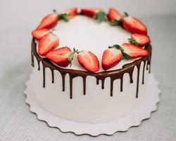 Торт бисквитный с ягодной начинкой, шоколадным ганашем и крем чиз